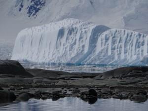 Iceberg sculpté par le vent et la mer - Dorian Bay - Wiencke Island - Neumayer Channel - Antarctique