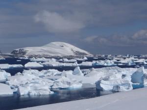 Pour éviter les hauts fonds ... suivez l'eau libre ! - Vue sur Hovgaard de Port Charcot, Booth Island - Antarctique