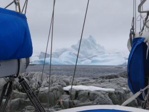 L'iceberg bleuté vient de se retourner - Watkins Islands - Antarctique