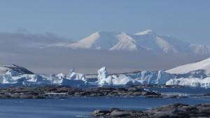 Vue sur le cimetière d'icebergs et Anvers Island depuis Hovgaard - Antarctique