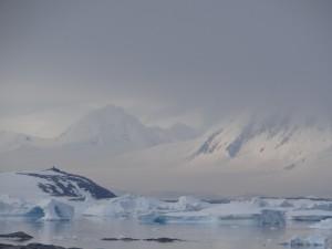 Vue sur le cairn de Charcot - Booth Island - et Anvers Island, de Hovgaard - Antarctique