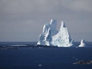 Montagne de glace trouée d'un rond parfait - Vernadsky - Argentine Islands - Antarctique