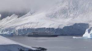 Histoire d'échelle ! Le Boréal devant un glacier de Booth Island - Antarctique