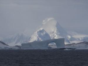 Superbe arche à notre sortie du cimetière d'icebergs, la veille de notre départ d'Antarctique