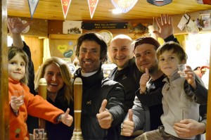 La fine équipe de Vernadsky au fameux bar très british de l'ex base anglaise Faraday - Vernadsky/Faraday, Argentine Island, Antarctique