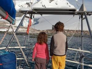 Les sens en éveils, les enfants découvrent leur première colonie de manchots - Waterboat Point, Péninsule Antarctique