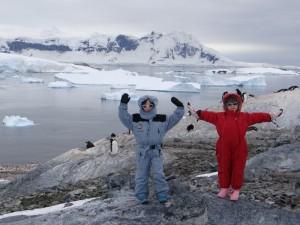 Sur fond de manchots alpinistes et de tabulaires en mal de fond ... Cuverville, Antarctique