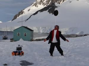 Notre magicien-comique-équilibriste à l'oeuvre - Dorian Bay, Wiencke Island, Antarctique