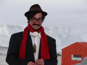 Mythique ! Un Charlie Chaplin brésilien nous fait des tours de magie au soleil rasant à Dorian Bay - Wiencke Island, Antarctique