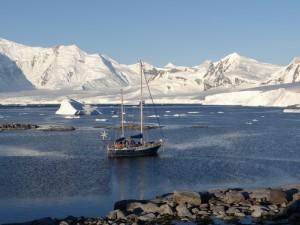 Vue sur le Neumayer Channel en Anvers Island depuis Dorian Bay, Wiencke Island, Antarctique