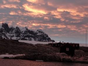 Soleil rasant sur Port Lockroy, Goudier Island, Antarctique