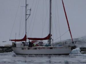 """""""Providence"""" dans la baie Sud de Waterboat Point, avant le vent de Sud annoncé ... Péninsule Antarctique"""