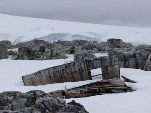 Nous n'avons pu confirmer notre lieu de mouillage à Watkins que grâce à cette hutte ..., Antarctique