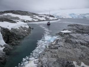 """Un abri bien precaire, Watkins, à 15 km du Cercle Polaire et 50 du prochain abri tout aussi précaire, mérite bien sa réputation de """"coin le plus pourri de la région"""" ... - Archipel des Biscoe, Antarctique"""