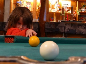 Future championne du monde de billard - Bar de Faraday/Vernadsky, Argentine Islands, Antarctique