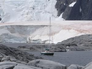 """""""Xplore"""" mouillé entre Hovgaard et Pléneau - Antarctique"""