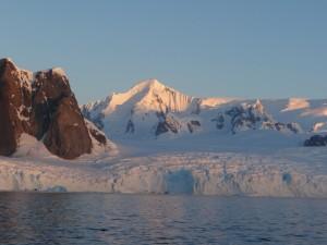 Dans le Détroit de Pénola, un glacier de la Péninsule Antarctique
