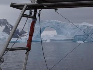 Cette fois, nous laissons notre belle arche dans le sillage. Merci. Cimetière d'icebergs, Hovgaard Island, Antarctique